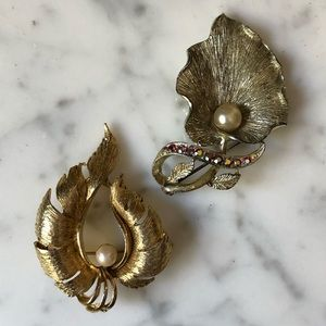 🔥 Set of 2 Vintage Gold Tone Pearl Brooches